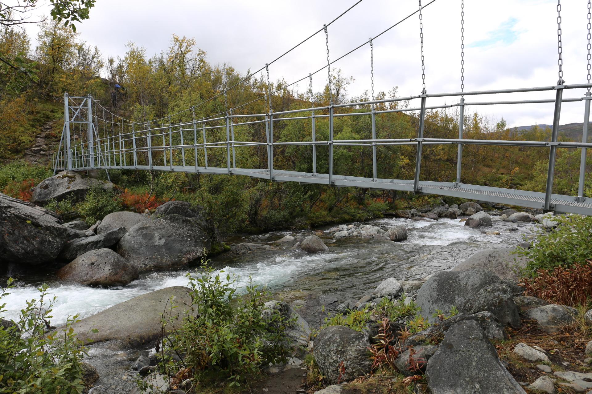 En ny hängbro över en fors