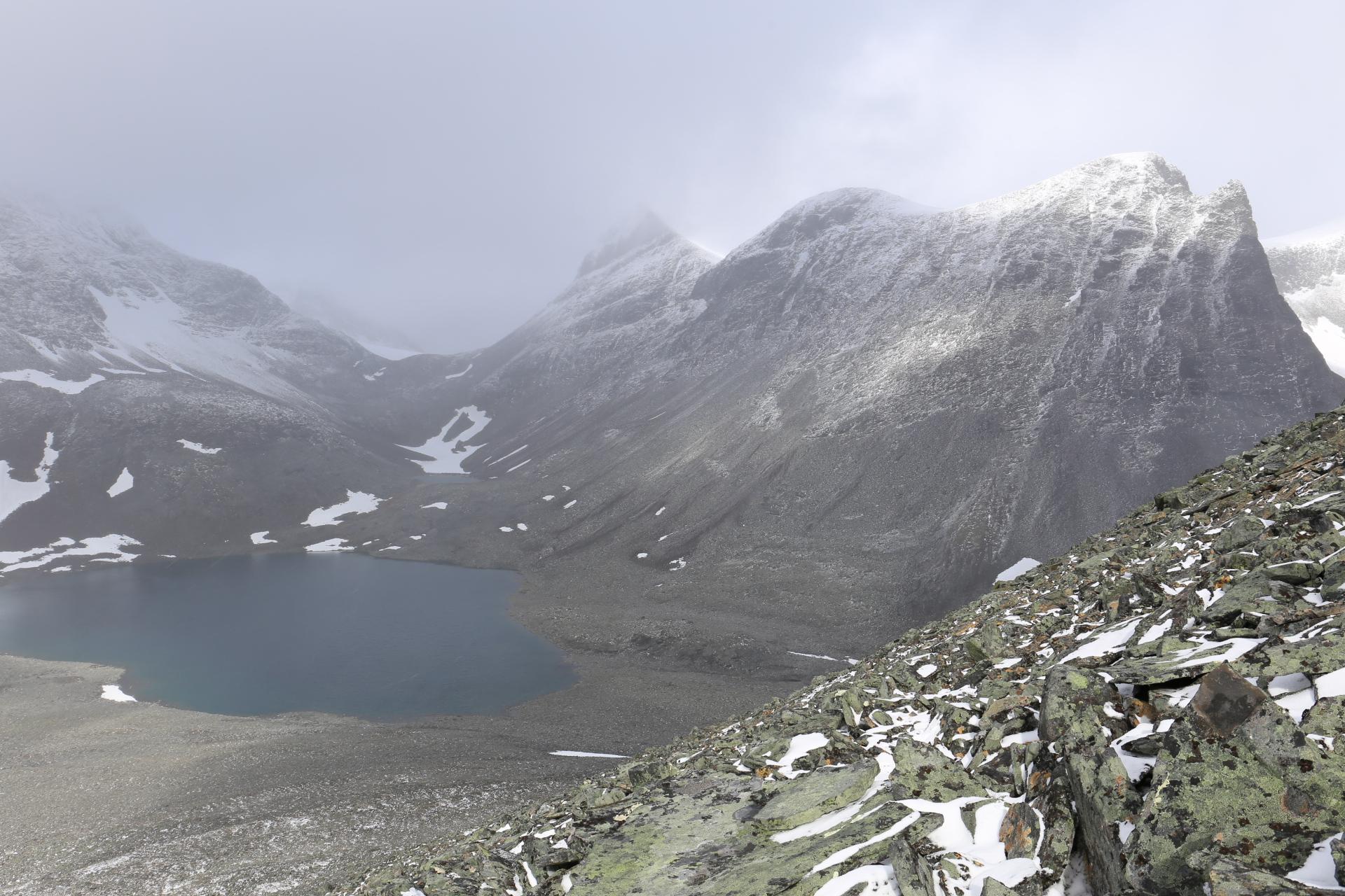 Sjön nordväst om toppen men en del av Sielmmacohkka till höger