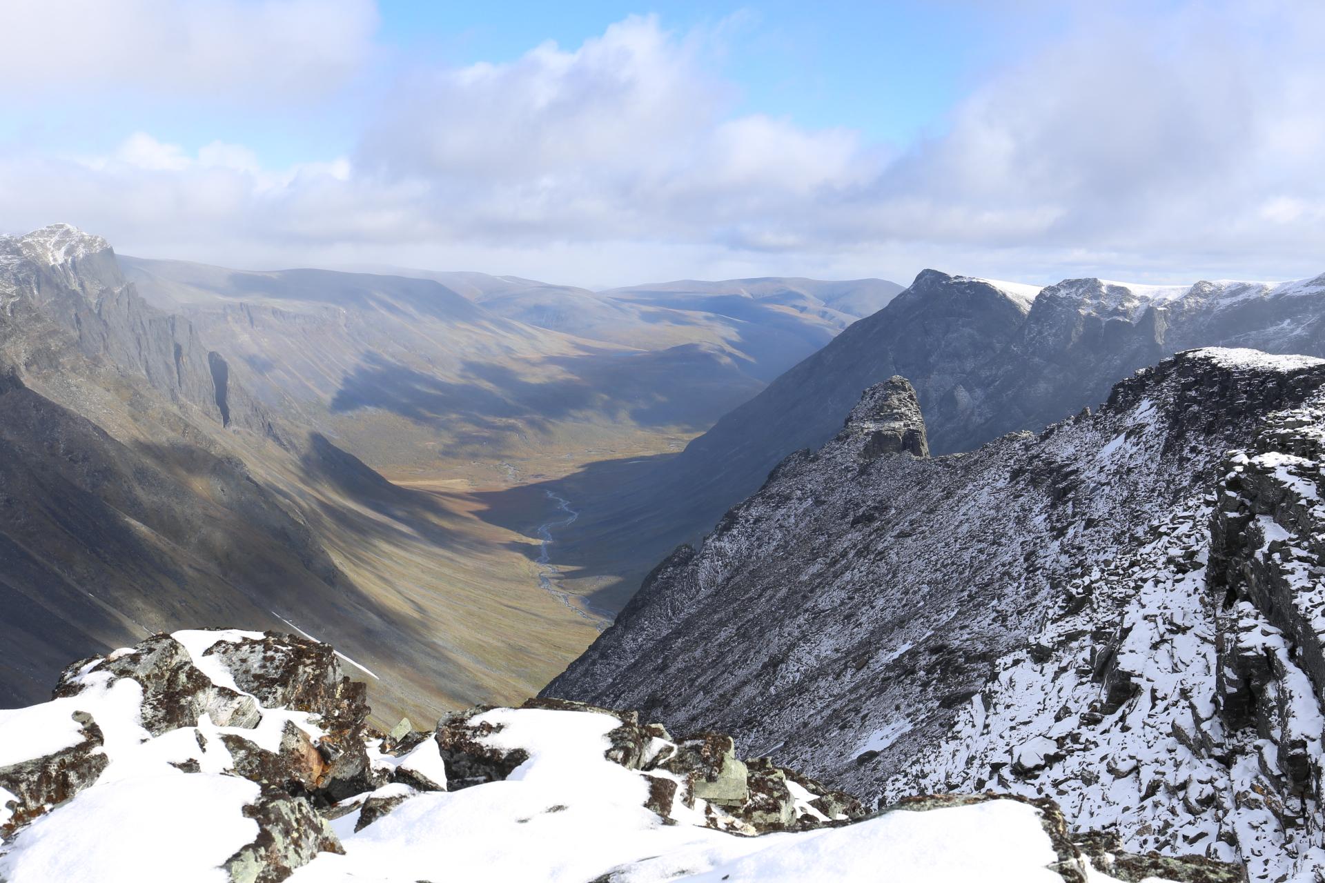 Utsikt österut från toppen mot Vistasvagge och nålen uppifrån