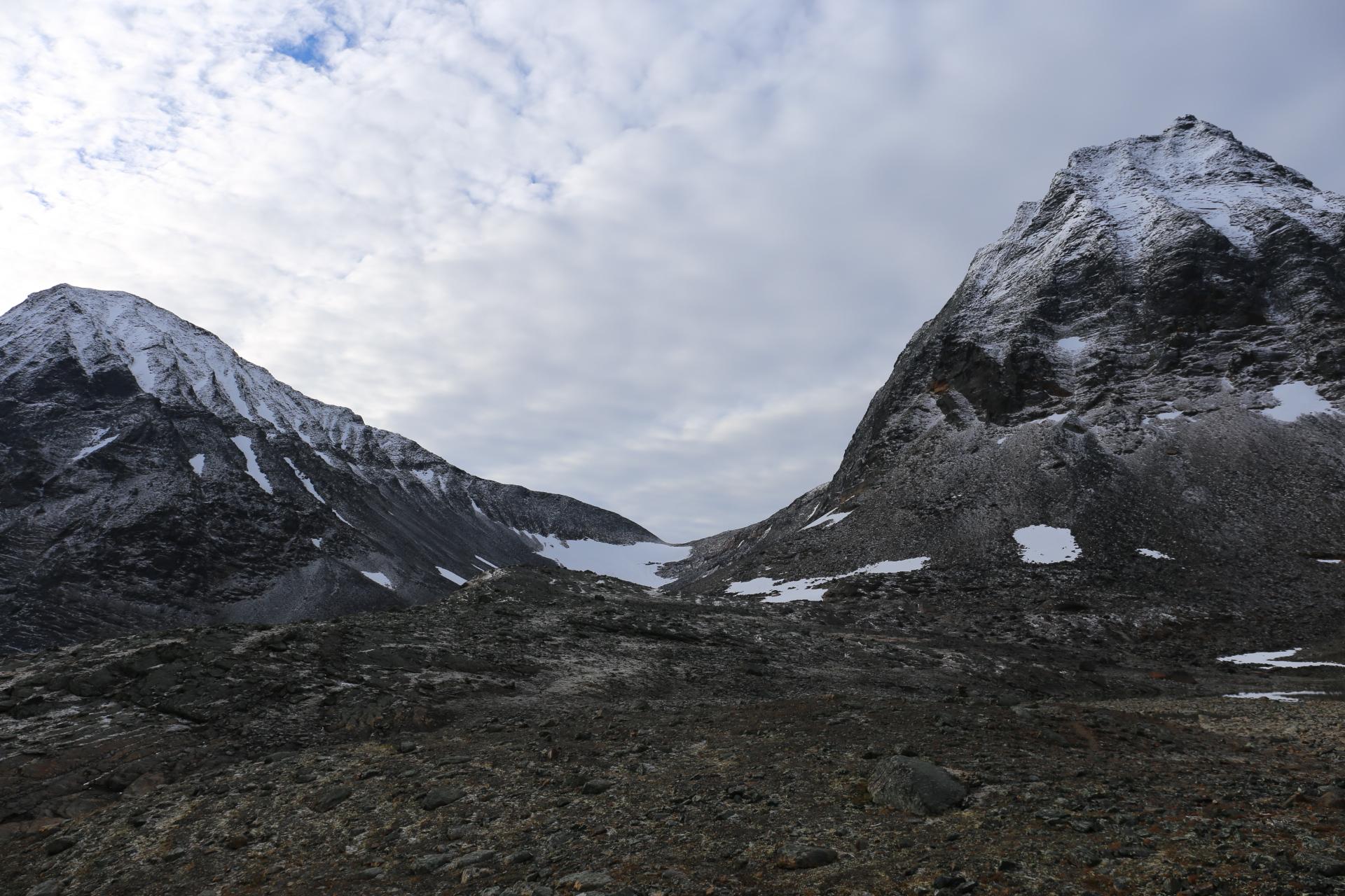 """Pyramiden och Knivkammen. Den lilla """"snöfläcken"""" mellan topparna är den tvärbana glaciär som är så svår att passera."""